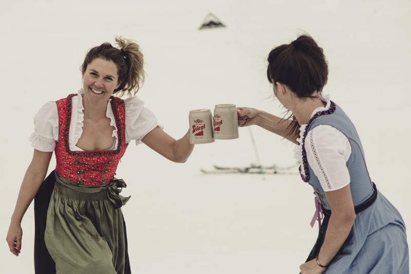 Dania and Keri having some beers ! Photo: Christoph Schöch